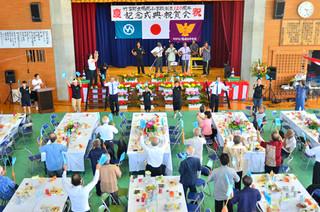 竹富町立鳩間小学校の創立120周年を記念した祝賀会。在校生や教職員、会場が一体となった校歌ダンス=22日午後、同校体育館
