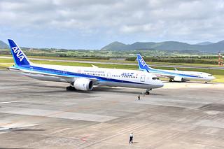 羽田-石垣路線に投入され、初めて南ぬ島石垣空港に到着したANAの最新鋭中型機、ボーイング787-9(手前)=22日午前、同空港