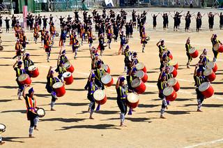 3年に1度の体育祭で全生徒が演舞するエイサー=23日午後、八重山商工運動場