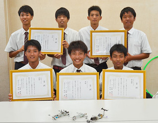 第9回スターリングテクノラリー県大会で上位を独占した八重山商工高校の生徒たち=26日午後、同校