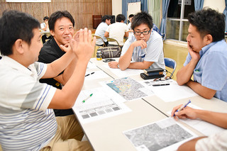 市役所跡地利用計画について初めて行われた市商工会青年部によるワークショップで意見を出し合う会員=26日夜、市商工会ホール