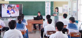 中学生15人を対象に行われた文部科学省後援子どもゆめ基金助成活動「幸せの種まきキャンペーン」の課外授業=10月17日、竹富小中学校