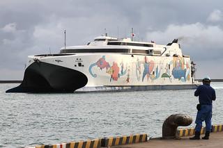 年内運休が決まり、今後の運航見通しが立っていないナッチャン・レラ=5月14日夕、石垣港
