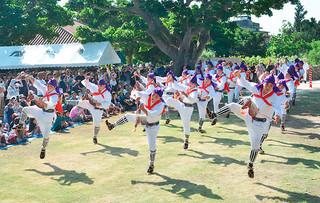 国の重要無形民俗文化財に指定されている竹富最大の行事「種子取祭」。庭の芸能で披露された勇壮な「馬乗者」(ンーマヌシャ)=4日午前、世持御嶽前