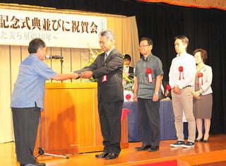 石垣島天文台設立10周年記念式典で、星空環境保護活動貢献者として表彰された団体の代表ら=4日午後、南の美ら花ホテルミヤヒラ