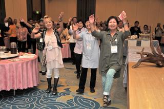全国のやいまぴとぅ大会のネットワークづくり大交流会でモーヤーを踊る郷友ら=6日午後、ホテル日航八重山