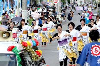 45団体から2200人余りが参加した市民大パレード。各団体が趣向を凝らしたパフォーマンスで沿道の観衆を魅了した=6日午前、市役所通り