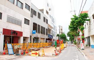 不発弾処理が行われる県道79号線(ゆいロード)。商業施設が立ち並ぶ=10日午後