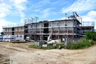来年1月に開業予定の工事関係者や離島住民に特化したホテル「グリーンテラスハウス&カフェ」=11日午前、市内真栄里