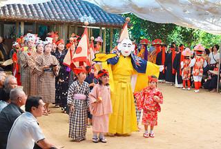 小浜島の結願祭で、演者たちを引き連れて登場した北集落のミルク=14日午前、嘉保根御嶽