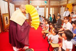 「七五三」で参詣して、これまでの健康に感謝し、今後の成長を祈願した親子連れ=15日午後、南海山桃林寺
