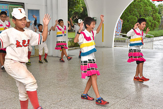 アミ族の伝統的な衣装を着てダンスを習う与那国の小学6年生=16日午後、台湾花蓮県光復郷のタバロン小学校