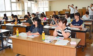 2日間で70人が参加した沖縄福祉保育専門学校石垣校の説明会=19日午前、市役所
