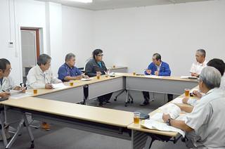 畜産担い手総合整備事業案をまとめた竹富町畜産振興推進協議会=21日午後、町役場会議室