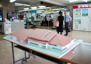 約1カ月間展示される新庁舎のイメージ模型=22日午後、石垣市役所1階