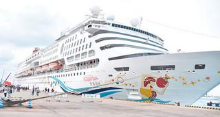 2017年は164回の寄港回数となる見通しの外航クルーズ船。写真はことし初寄港したスーパースターアクエリアス=1月27日午後、石垣港