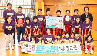 ㈱ウィルコム沖縄の「部活仲間で歌う♪CMムービーソングキャンペーン」でグランプリに輝いた石垣小学校女子ミニバスケットボール部=25日午後、同校体育館