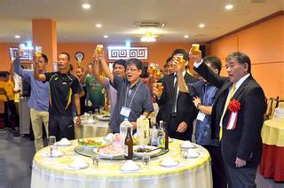庭田清美さんの乾杯の音頭で乾杯をする出席者=26日夕、中華料理北京飯店
