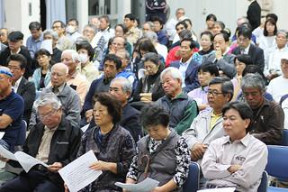 講演に耳を傾ける人たち=11月30日夜、大浜公民館
