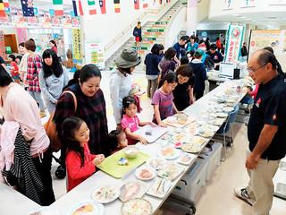 栄養のバランスをチェックするコーナーで、食べたいものを選ぶ親子連れら=3日午前、石垣市健康福祉センター