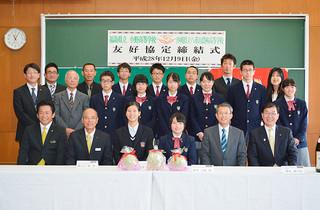 八重山農林高校と小野高校の友好協定締結を喜ぶ関係者たち=9日午前、八重農