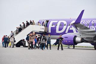 ANAから与那国町へ提供予定の旅客搭乗用ステップ車。写真はことし初就航したFDAのチャーター便で使用された車両=3月22日午後、与那国空港