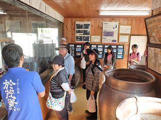 少人数で川平の集落を回る秋ツアーに参加する人たち=10日午前、高嶺酒造所