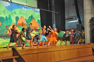 第7回西表島人文化祭の舞台の部。オリジナルの劇を披露した古見小学校の児童たち=10日夜、中野わいわいホール