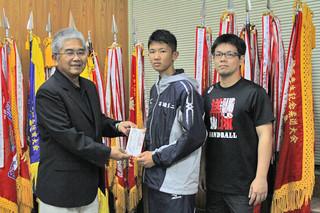 「まほろば会」平田会長(左)から5万円が寄付された=13日午後、石垣第二中学校校長室