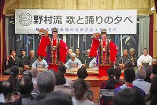 三線や箏、踊りが披露された琉球古典音楽野村流保存会八重山支部の「野村流 唄と踊りの夕べ」=3日夜、竹富島まちなみ館