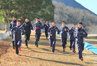 リラックスした様子で試走する二中駅伝チームのメンバー=16日午前、希望が丘文化公園スポーツゾーン芝生ランド