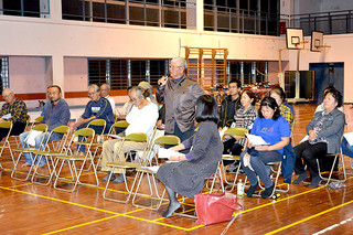 市教委の説明会に出席する住民ら。休園措置に反対の声が続出した=17日夜、平久保小学校体育館