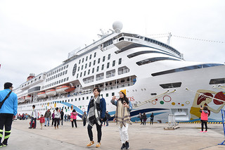 海路からの入域観光客数が過去最高となる25万4000人に上り、好調に推移する石垣市の外航クルーズ観光=28日午後、石垣港