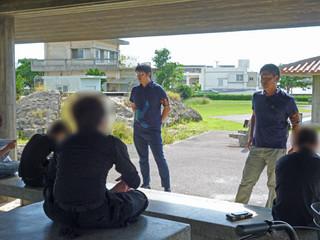 八重山署署員の指導を受ける少年ら(八重山署提供・一部修正)