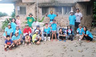 ことし初めてのビーチクリーンを行った海Loveネットワークのメンバーら=5日午前、米原海岸