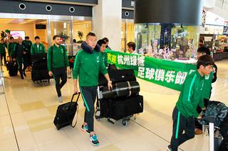 合宿のため石垣島入りした杭州緑城足球倶楽部の選手ら=6日午後、南ぬ島石垣空港