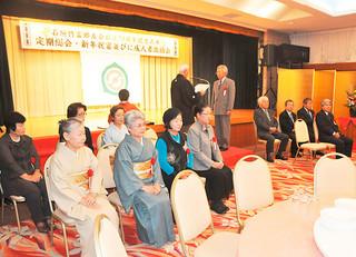 石垣竹富郷友会の創立70周年記念式典で感謝状を贈呈された歴代の会長と女性部長たち=8日午後、南の美ら花ホテルミヤヒラ