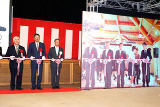 離島地区海底光ケーブル開通記念式典で沖縄本島と与那国島の会場をつないでのテープカット=10日午後、県庁講堂