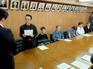 受け入れ表明に抗議し、撤回を求める川原公民館の具志堅正館長ら=12日午後、庁議室