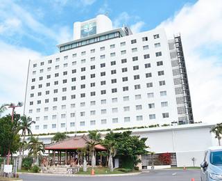 4月1日からブランド名を変更して「アートホテル石垣島」としてオープンするホテル日航八重山=18日午後、同ホテル