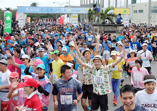 気温16度と絶好のコンディションの中行われた第15回石垣島マラソン大会=22日午前9時ごろ、市中央運動公園入口