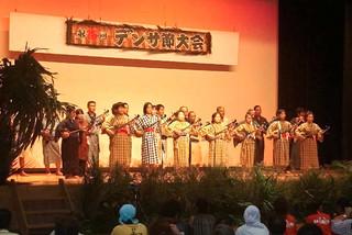 竹富町民俗芸能連合保存会が12年ぶりの開催を計画している町デンサ節大会。写真は2005年9月の第15回大会