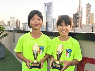 「2017ビクトリアジュニアグラスコート選手権」の女子10歳以下ダブルスで優勝した上沼美桜(左)=14日、メルボルンのホテル(提供写真)