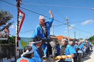黒島東筋集落の伝統行事でにぎやかに行われた「大綱引き」=28日午後