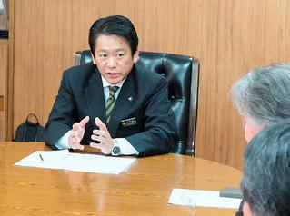 受け入れ表明撤回の要請に対応する中山義隆市長。表明前に菅官房長官らと面会していたことを明らかにした=1月31日午後、庁議室