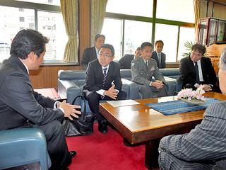 配備先候補地周辺の地権者らとの調整を開始すると伝える中嶋浩一郎沖縄防衛局長=7日午後、市長室