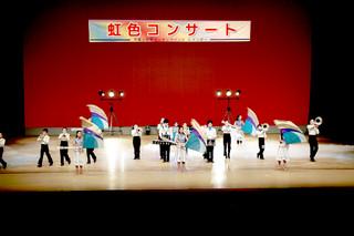 「虹色コンサート2017」のオープニングで華麗な演奏と演舞を披露して会場を沸かせた平真小学校マーチングバンドレインボー=11日午後、市民会館大ホール