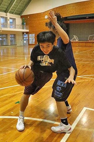 沖縄選抜として第30回都道府県対抗ジュニアバスケットボール大会に出場する伊良部由侑=9日午後、石垣中体育館