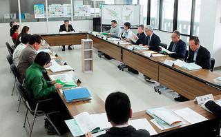 風景計画の課題について意見を交わす委員ら=14日午後、水道庁舎2階会議室