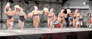 比嘉栄昇さんがつくった「昔馬車道」の踊りを披露する「あん美ら会」のメンバー=18日夜、南ぬ浜町緑地公園の特設ステージ